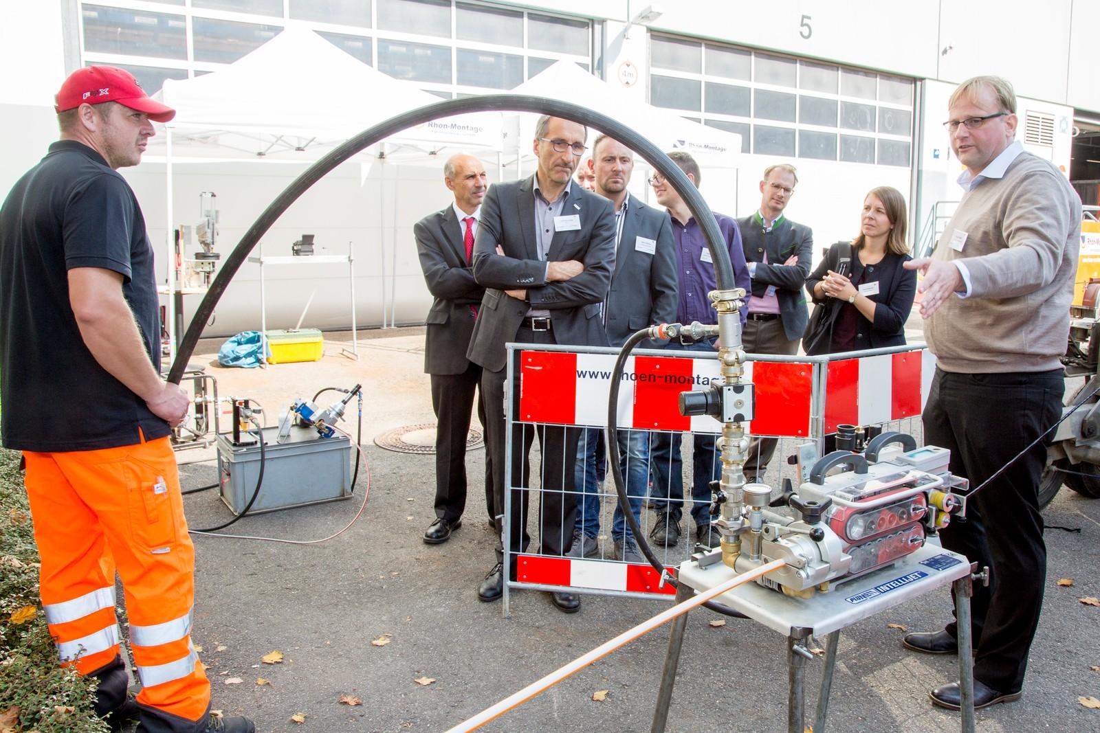 Frank Schwill von der Firma Rhön-Montage Fernmeldebau GmbH zeigt im Rahmen des Breitband-Infrastrukturtages bei Lapp, wie die Hitronic Glasfaserkabel eingeblasen werden.
