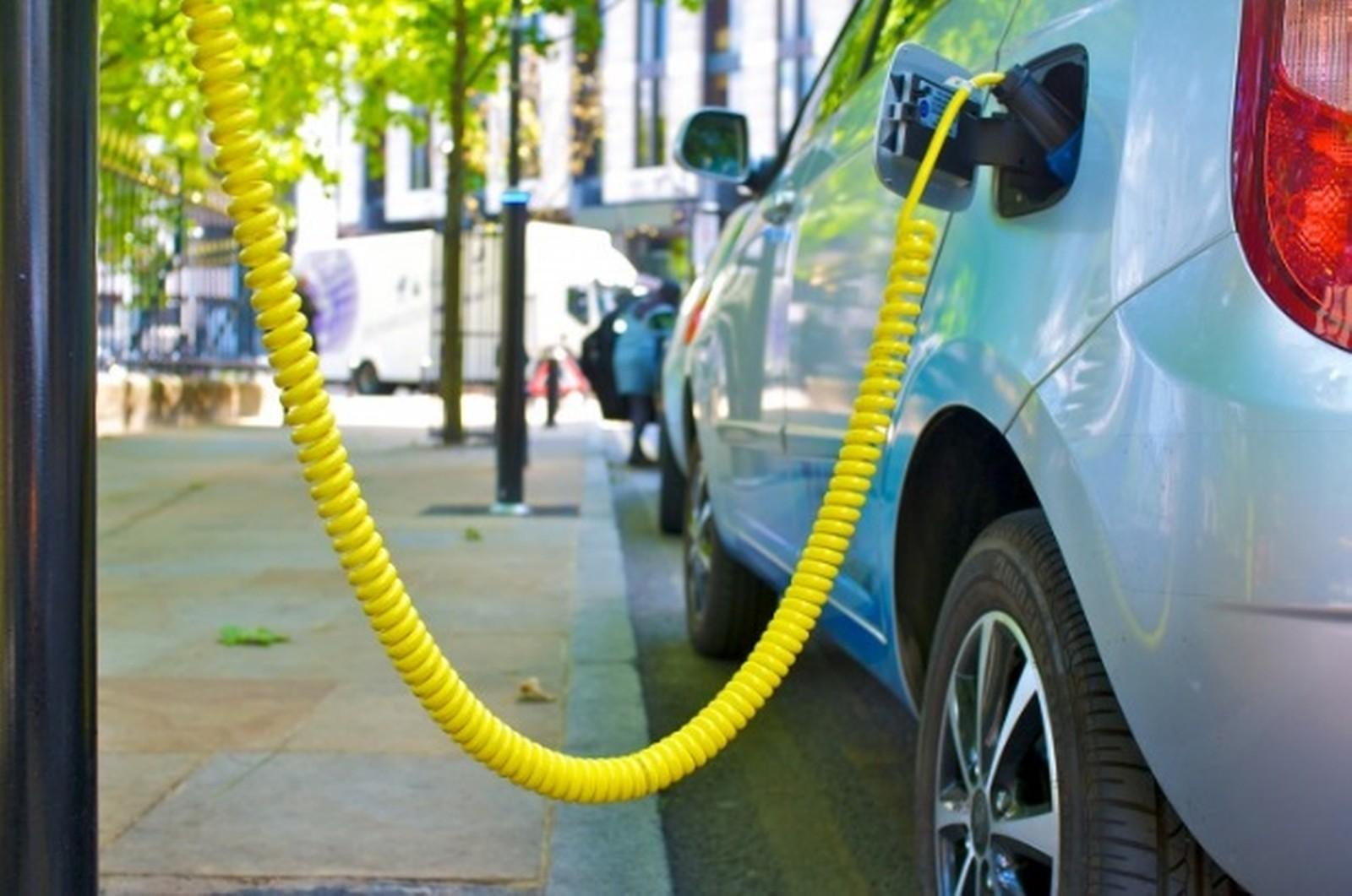Eine 3M Flüssigkeit steigert Leistung und Reichweite von hybrid oder elektrisch angetriebenen Autos.