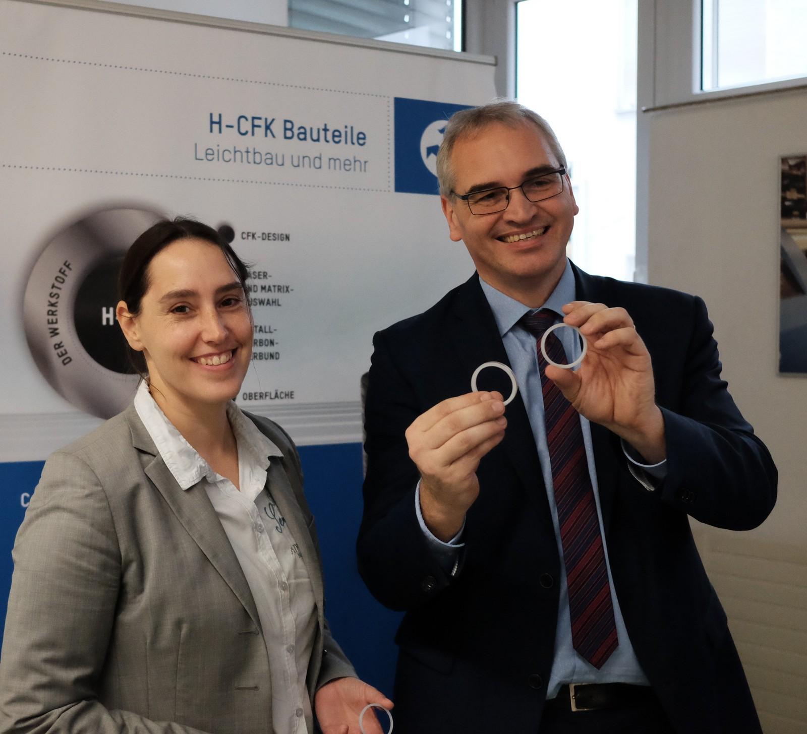 Tanja Hänchen und Klaus Wagner halten eine Revolution in der Hydraulikzylinder-Dichtungstechnik in Händen.