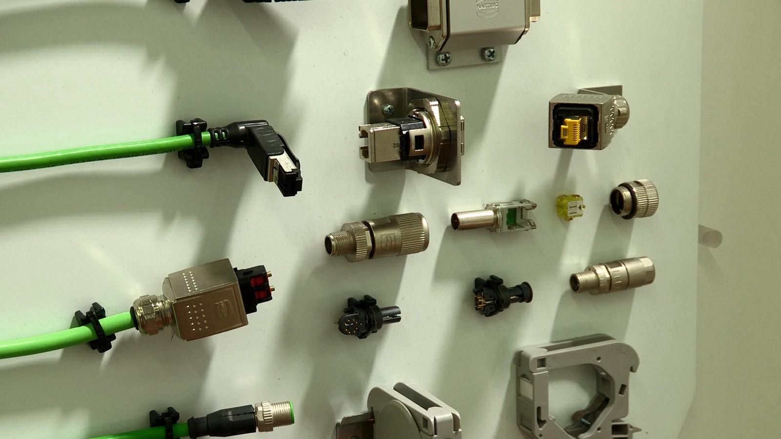 Die Palette an Produkten und Lösungen, die Harting anbietet, werden in den verschiedensten Industrien und Branchen eingesetzt, darunter auch in der Automation, im Maschinenbau und in der Robotik sowie in der Transportindustrie und Energiebranche.