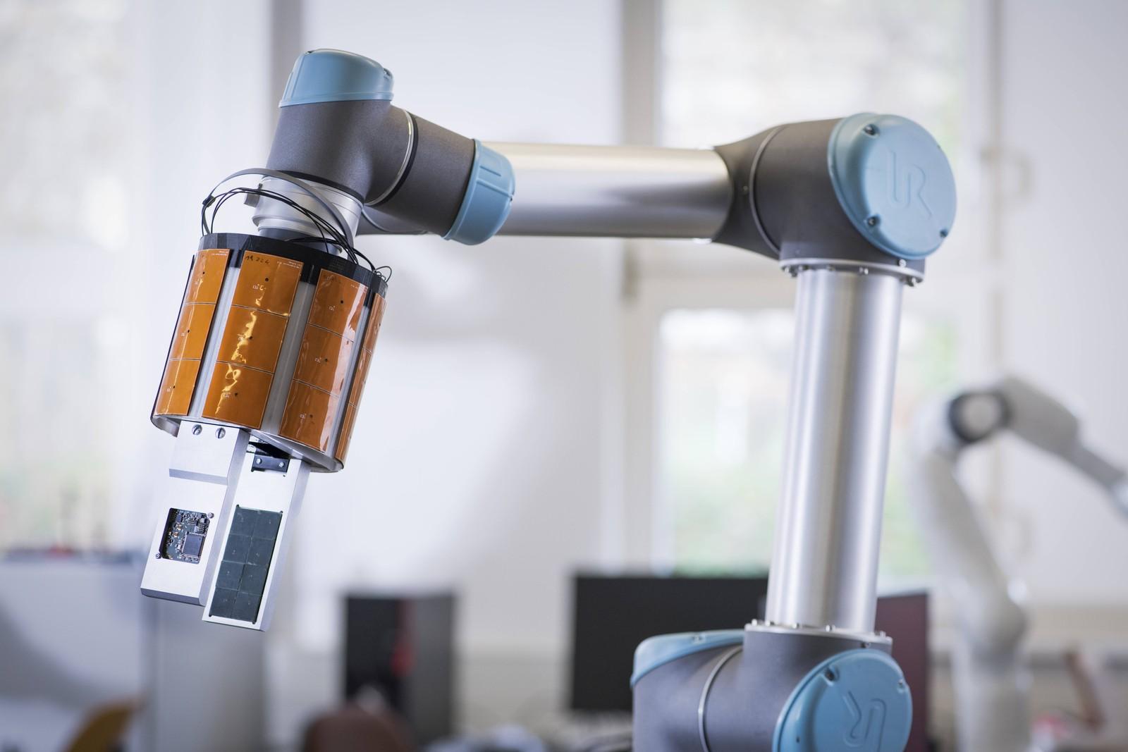 Robotergreifarm mit taktilen Näherungssensoren: Die multimodale Sensorik verbesserte die Kooperation zwischen Mensch und Roboter – und macht sie sicherer.