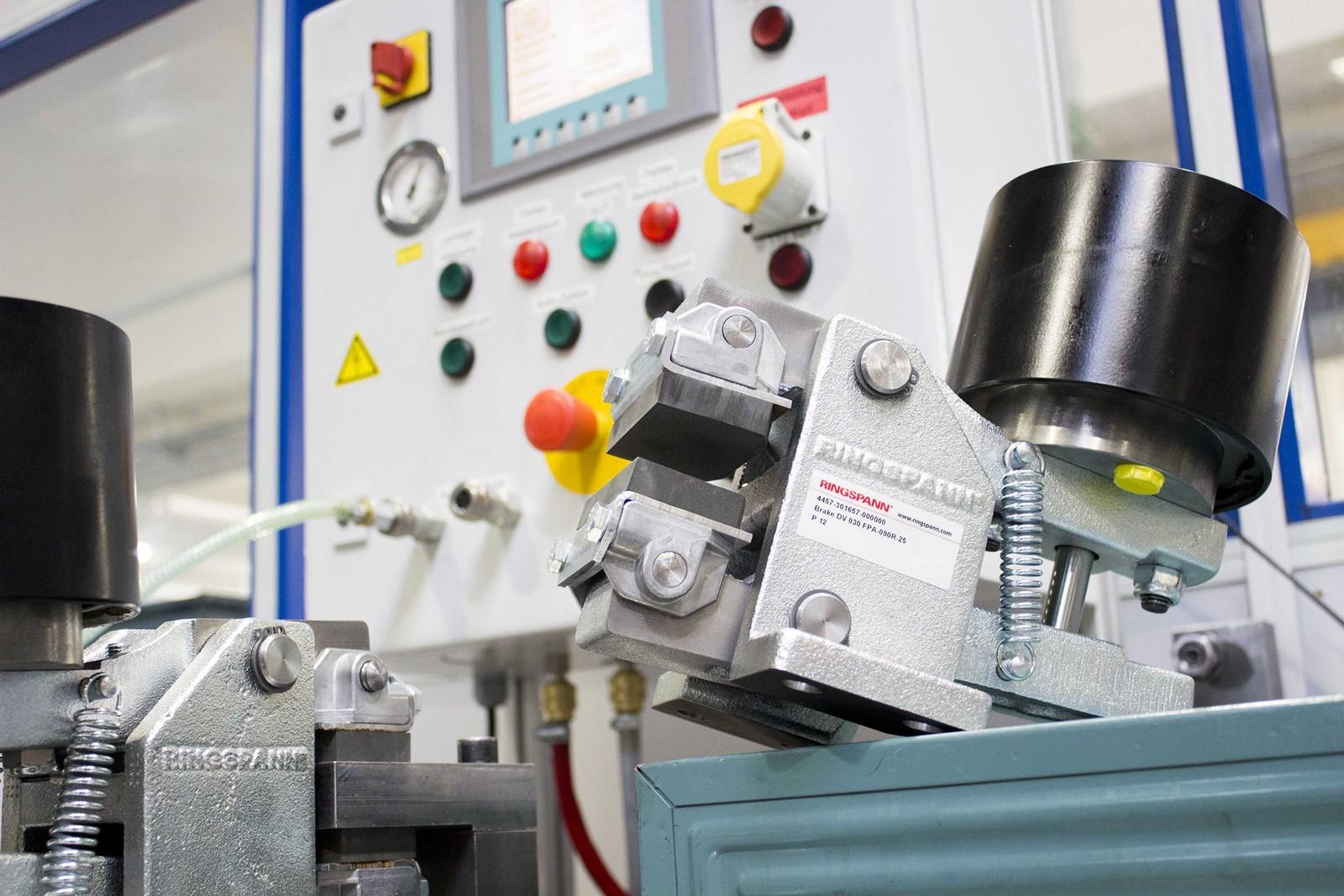 Eine federbetätigte, pneumatisch gelüftete DV 030 mit automatischer Verschleißnachstellung bei der Endabnahme.