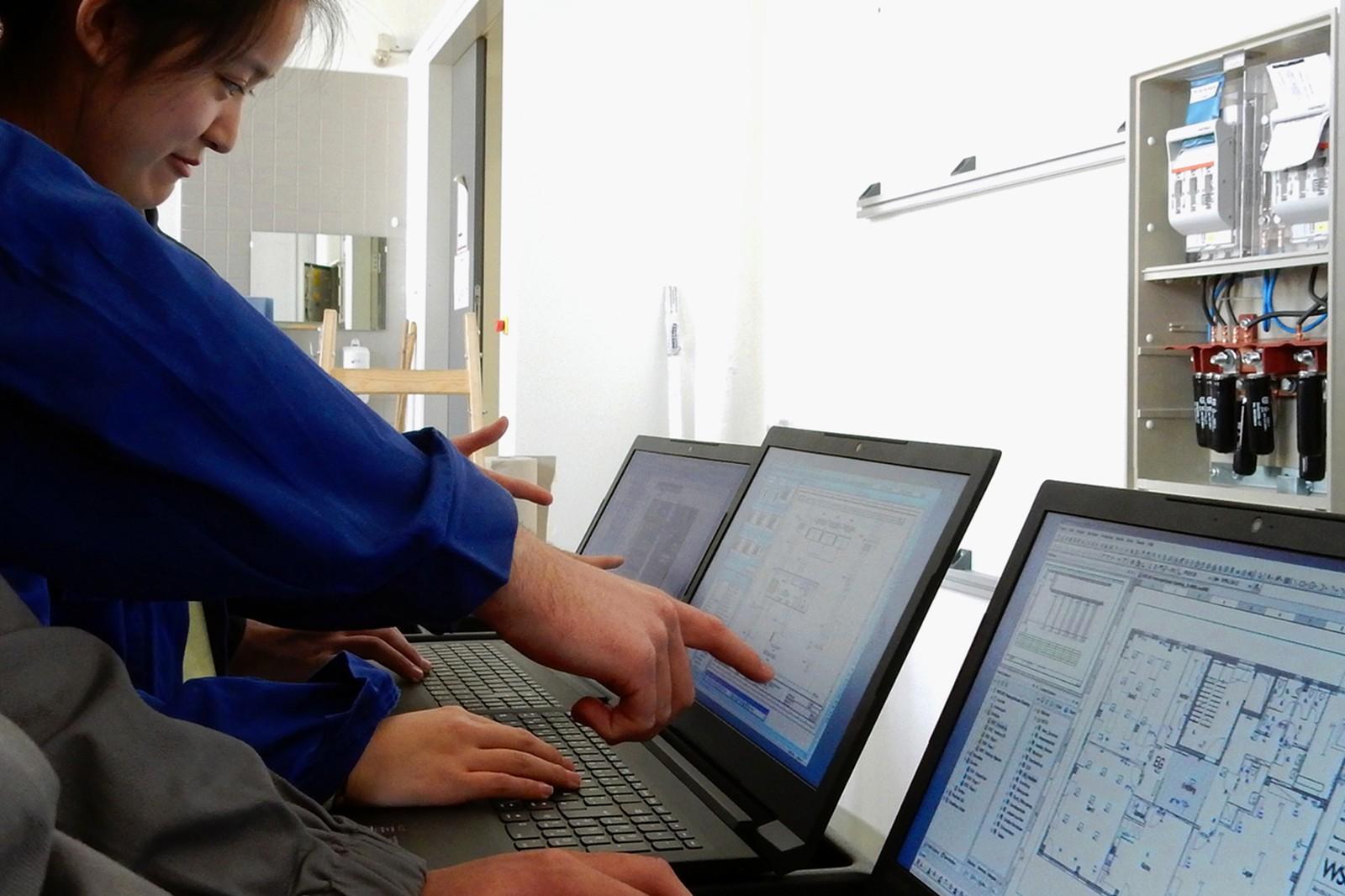 Auszubildene an der HTL arbeiten mit einer modernen E-CAD-Software.