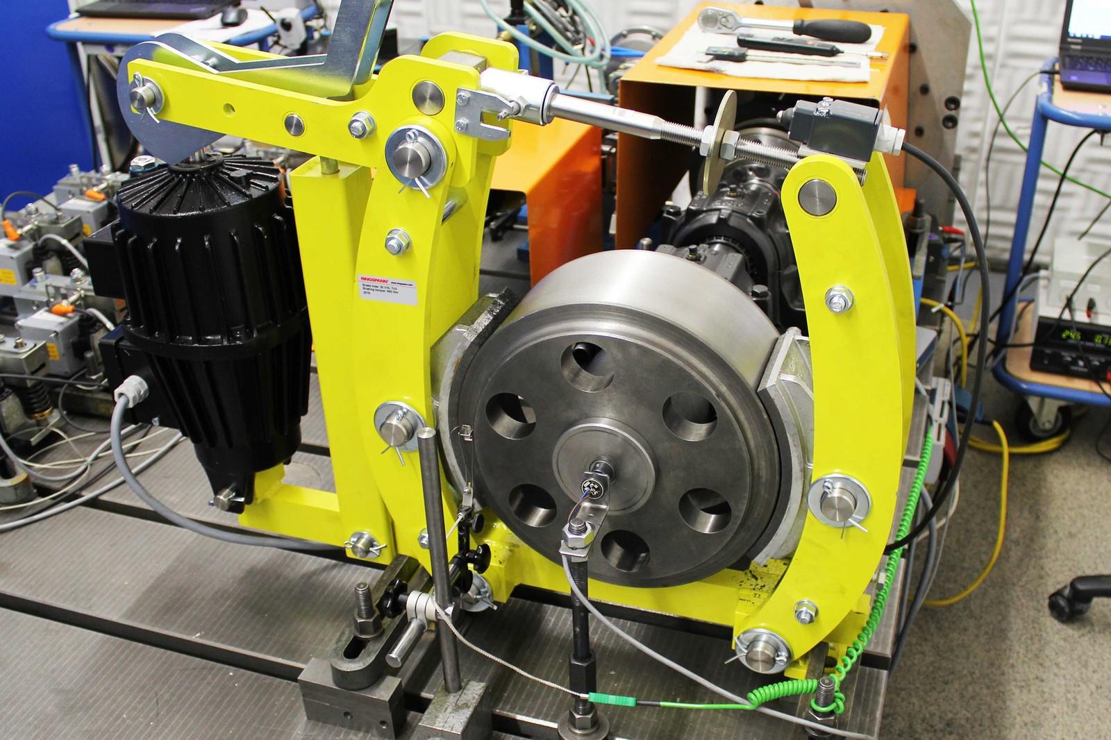 Die elektrohydraulische Trommelbremse DT315FEM (Stahlrahmen) von Ringspann auf dem Prüfstand zur Dokumentation der Bremsmomente, Haltekräfte und Reaktionszeiten.