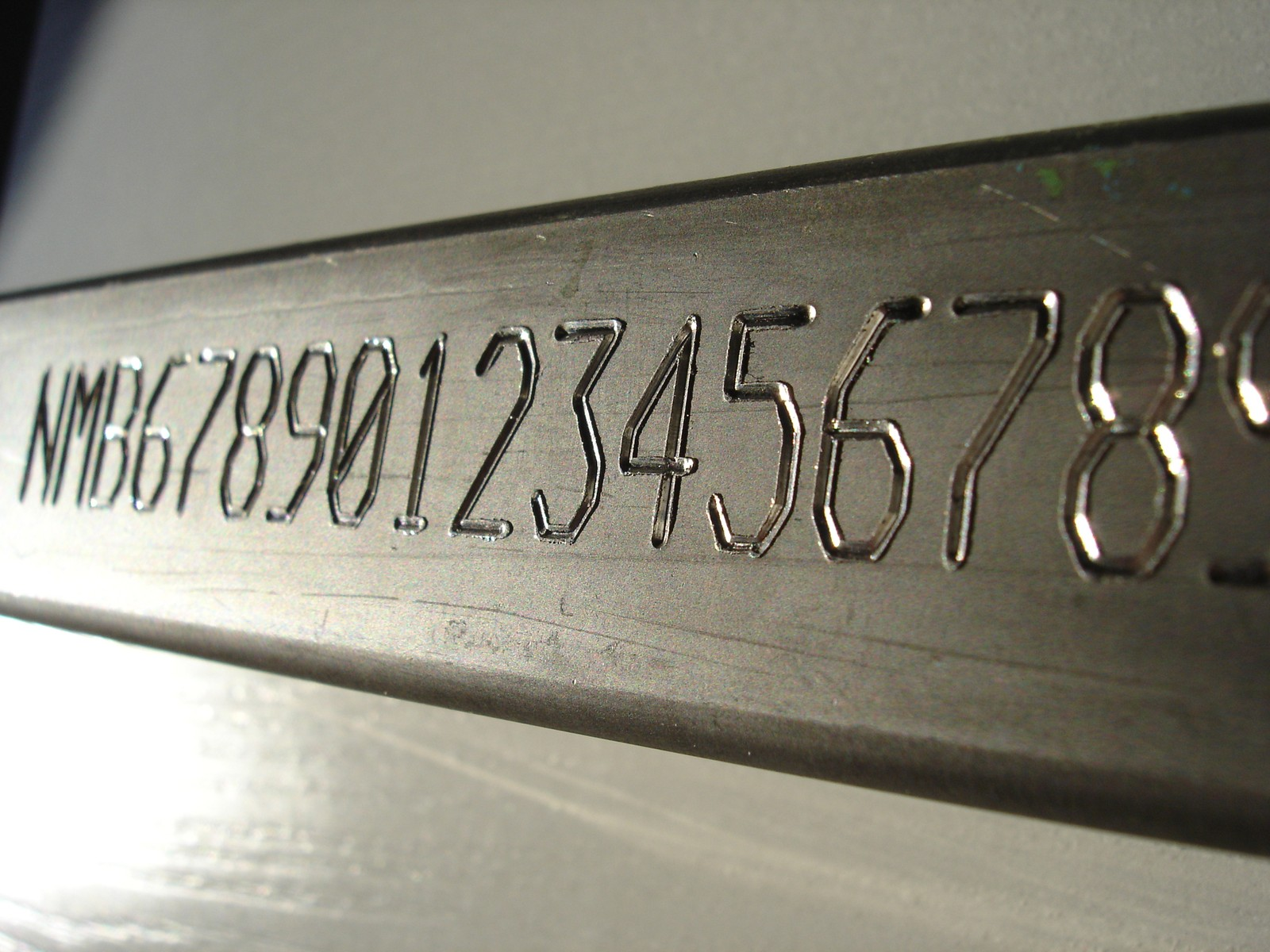 Die Nadelritzmarkierer von SIC Marking bringen Texte und Logos mit einer Karbid- oder Diamantnadel direkt auf das Material auf, selbst auf gehärteten Stahl.