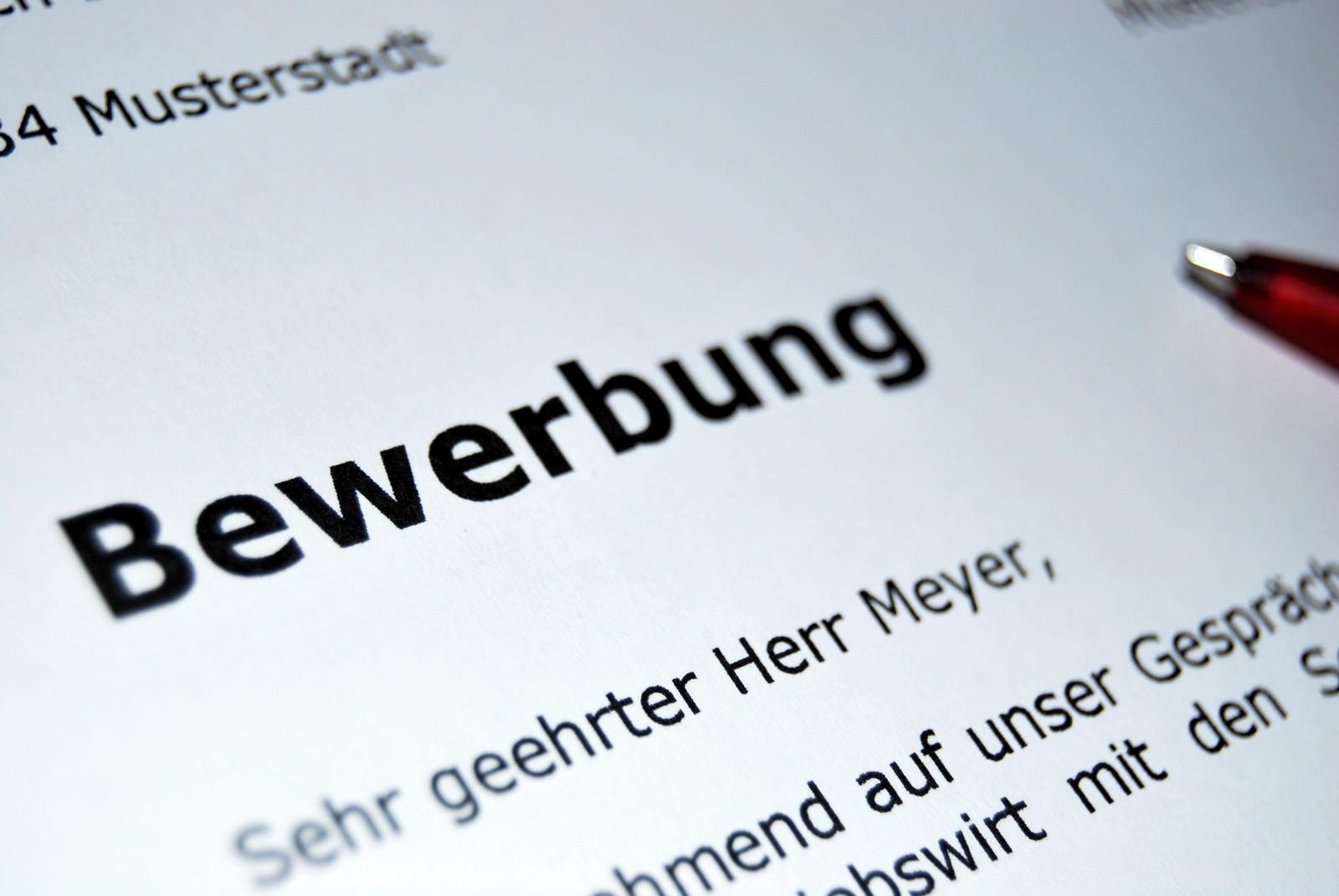 Eine Bewerbung per Post vermittelt dem Unternehmen, dass sich damit auseinandergesetzt wurde und der Bewerber Zeit und auch Geld investiert hat. Foto: Anton Porsche (superanton.de) / pixelio.de