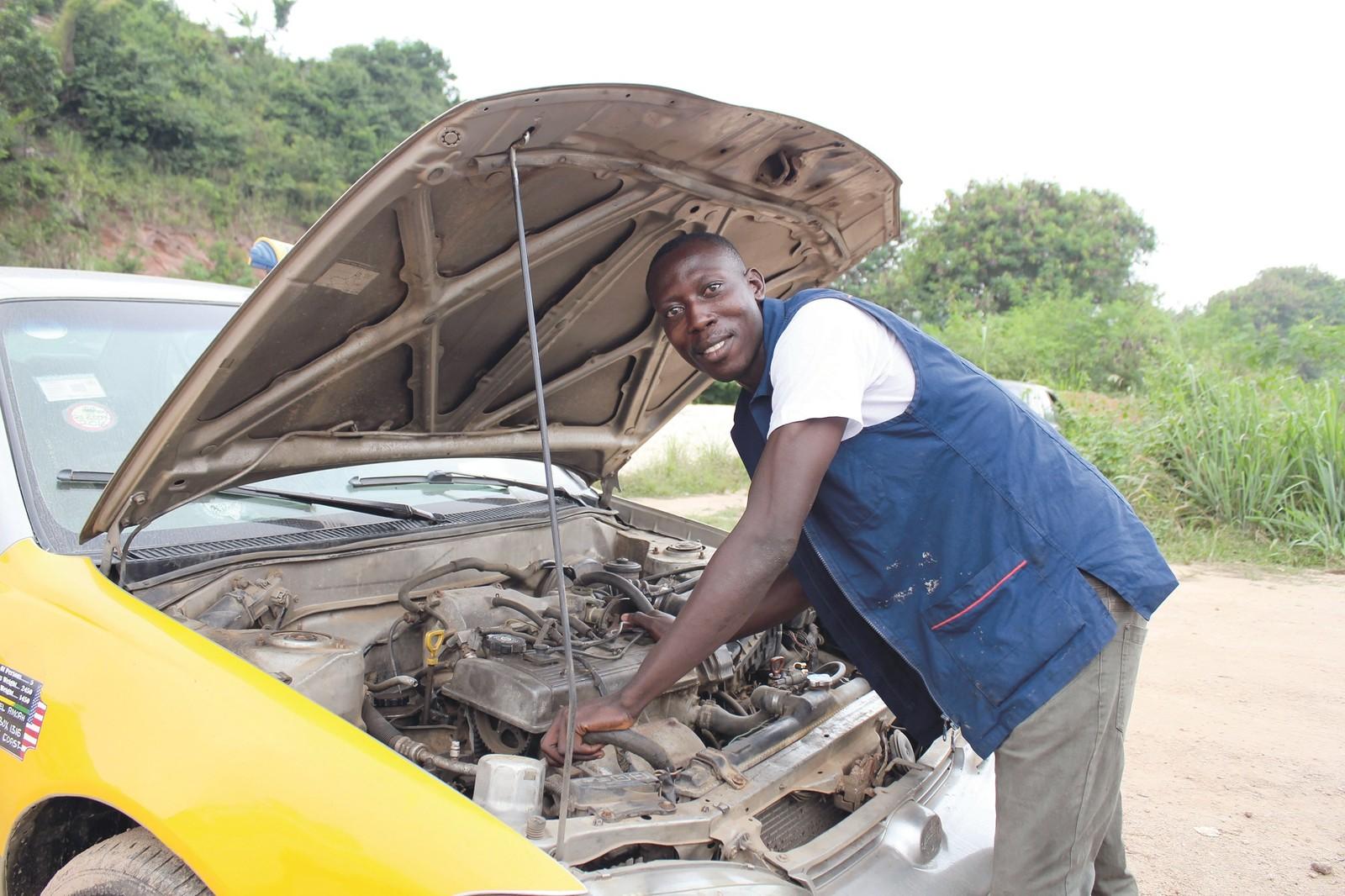 """Patrick E. aus Brafoyaw Cape Coast in Ghana erhielt via Opportunity International Deutschland (OID) die Möglichkeit zu einer Ausbildung zum Automechaniker: """"Ich war schon immer von Autos begeistert""""."""