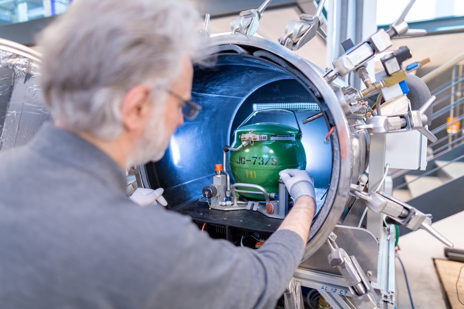 Technolab kann in einer Vakuum-Überdruck-Unterdruck-Testkammer verschiedene Umweltsituationen erzeugen: der Altitude Test, in Kombination mit Temperatur und Feuchtigkeit Icing Test und Rapid Decompression Test für rapiden Druckabfall.
