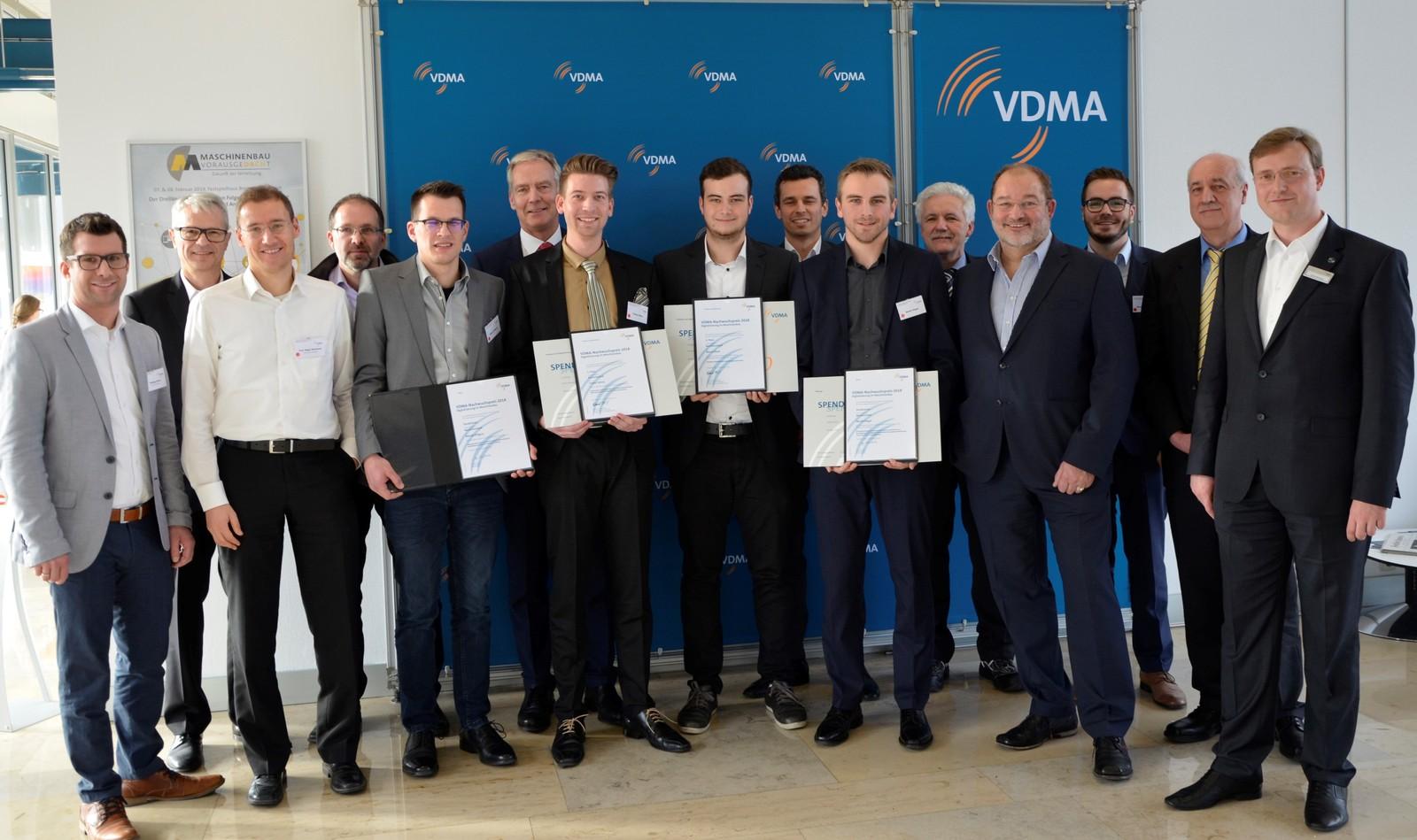 Preisträger des Nachwuchspreises für Digitalisierung für Studenten: (1. Reihe von links nach rechts): Nikolai Killguss, Tobias Sohny, Marco Steck, Martin Degel