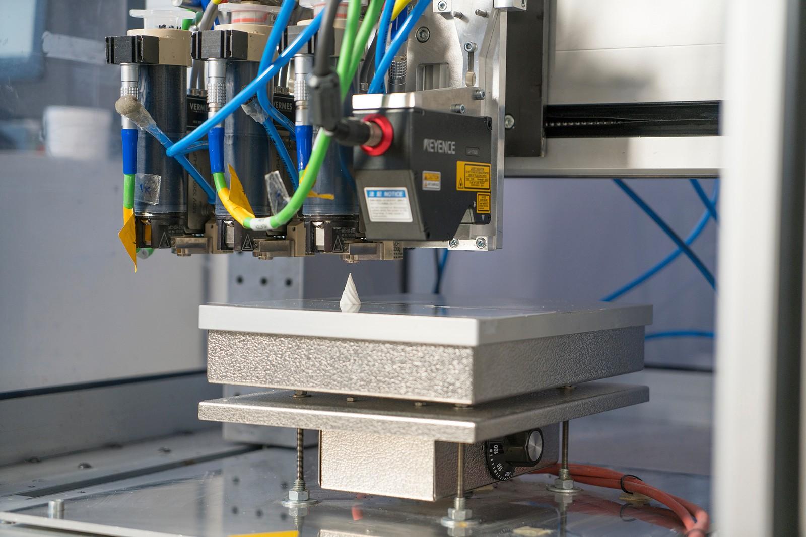"""Im Projekt """"Addi Line"""" entsteht ein prozessintegriertes Prüfsystem, das die Qualität beim 3D-Druck in Echtzeit überwacht. So sollen künftig teure Fehler vermieden werden."""