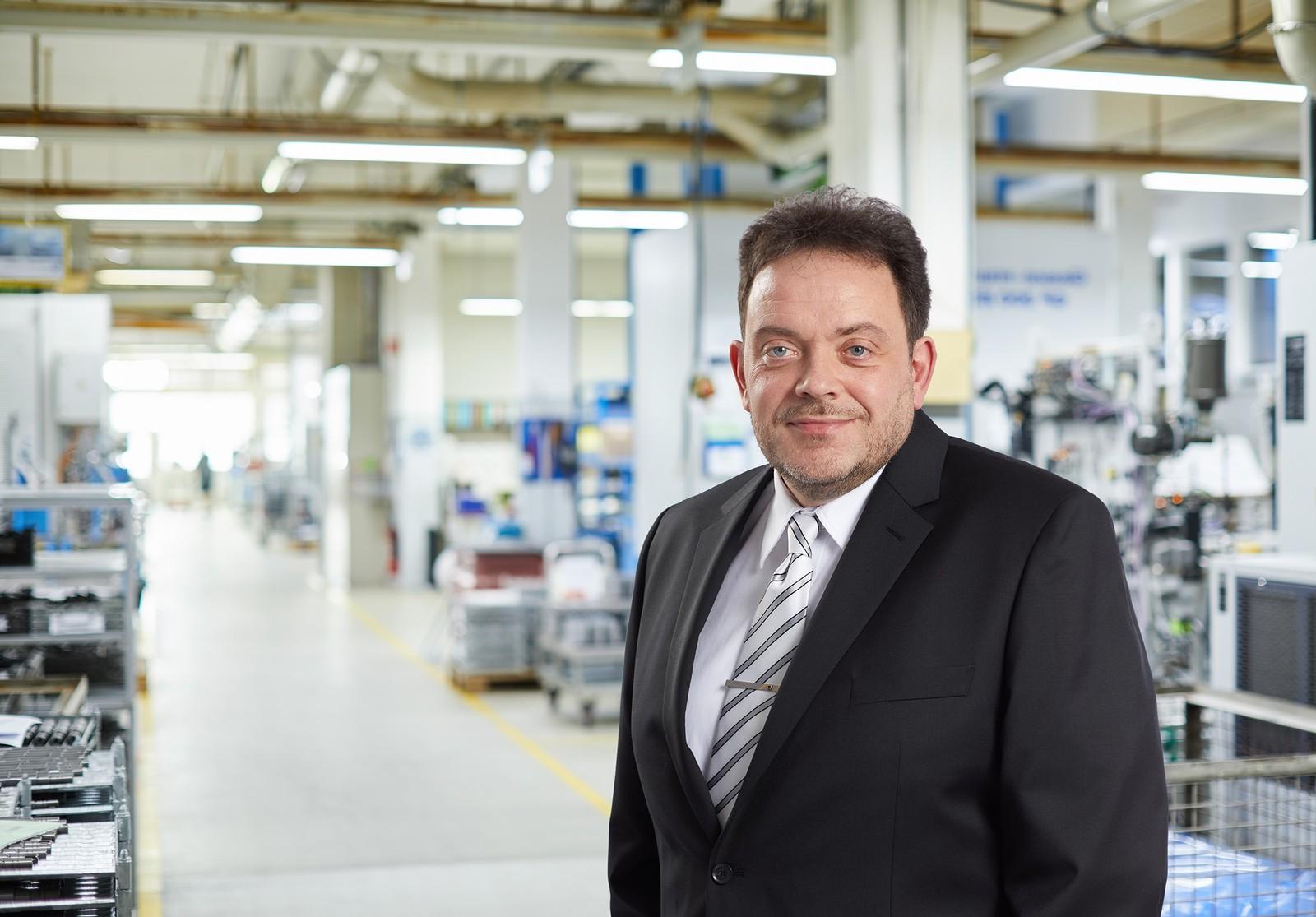 Volker Waller, neuer Operativer Geschäftsführer von Framo Morat in der Produktionshalle des Eisenbacher Zahnradtechnik- und Antriebsspezialisten