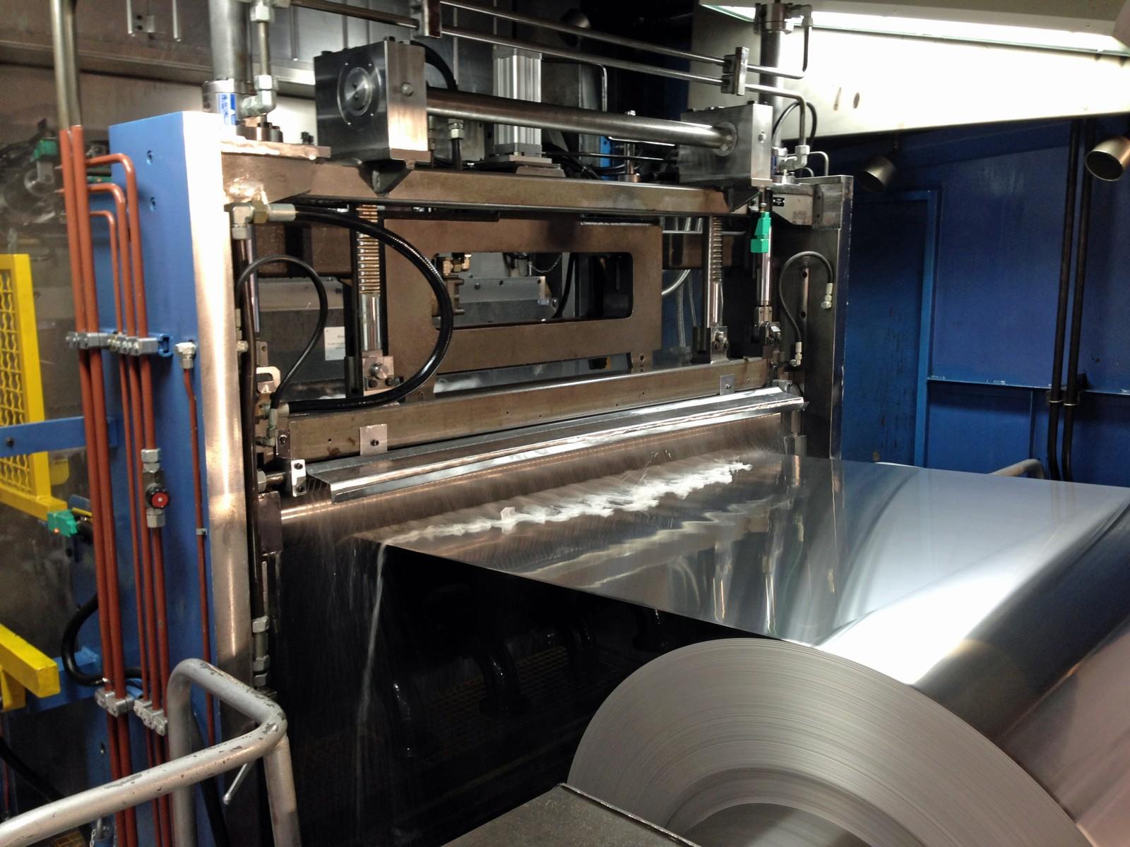 Einlaufseite des Aluminium-Folienwalzwerkes