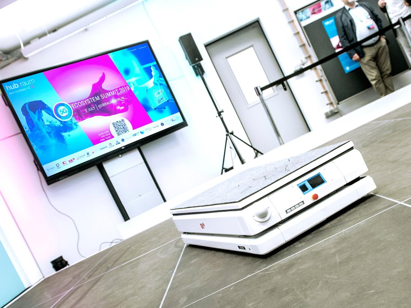 """EK Automation mit seinem """"Fast Move"""" Transportroboter auf dem hubraum 5G Ecosystem Summit der Deutschen Telekom."""