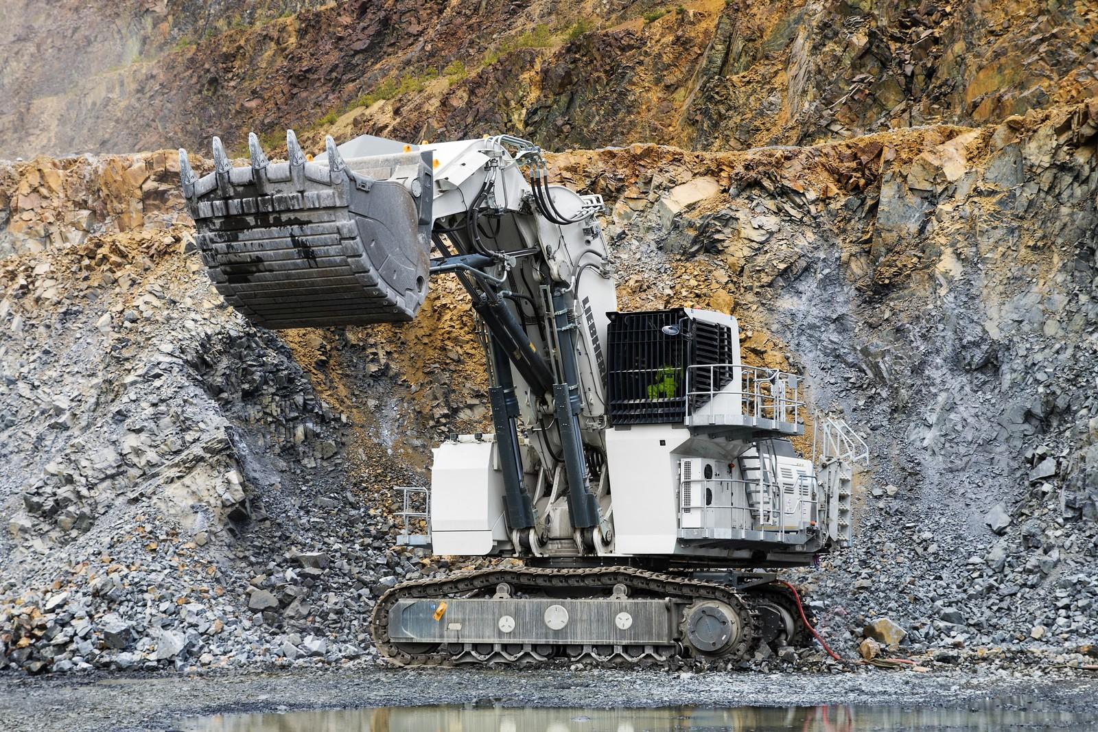 Bis zu 140 t wuchtet die Schaufel des Liebherr R9200 E. Die gigantische Maschine ist so groß, dass ein Akku für ihren Betrieb nicht ausreicht – 300 m Kabel liefern den benötigten Strom aus der Steckdose.
