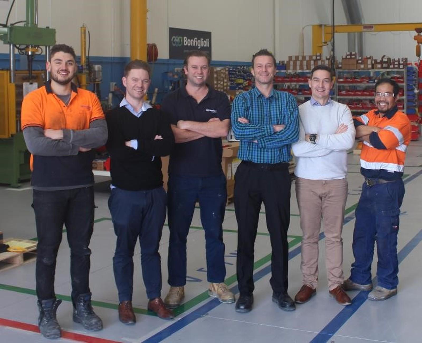 Michael Mullen, Regional Manager VIC, SA und TAS bei Bonfiglioli Australia (3. von links) zusammen mit ein paar Mitarbeitern im neuen australischen Headquarter.