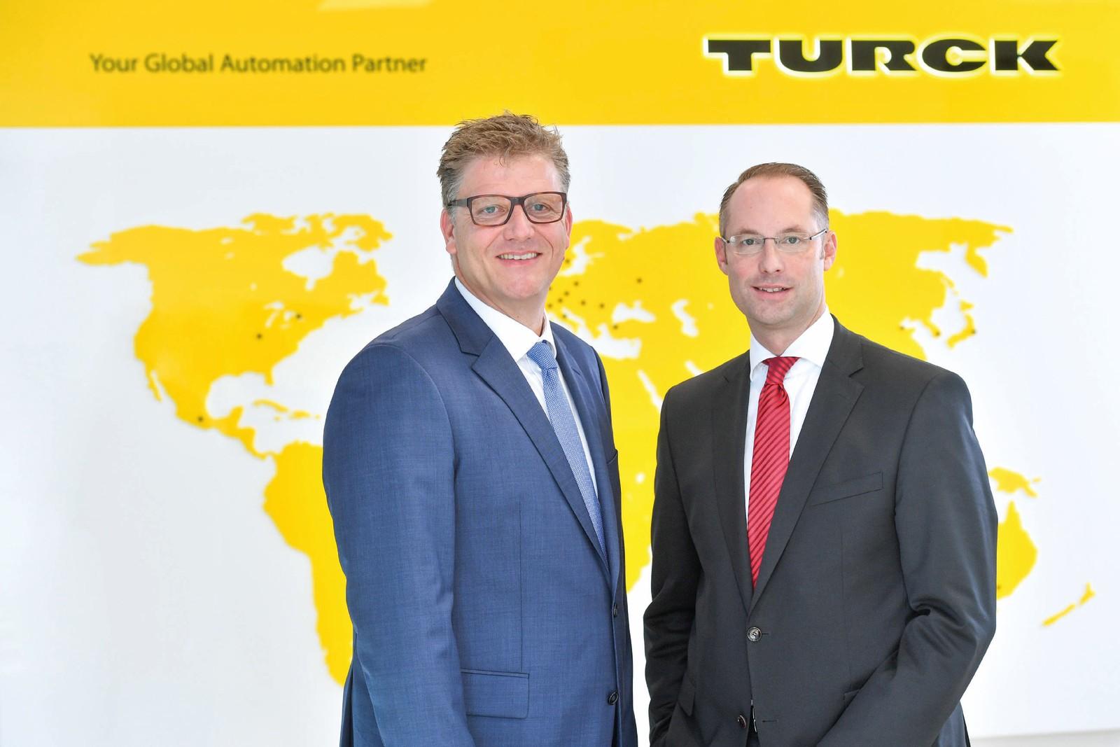 Christian Pauli und Christian Wolf, Geschäftsführer der Turck-Holding (v. l.), wollen für das welteweite Wachstum internationale optimale Strukturen für Produktion, Logistik und Vertrieb der Turck-Gruppe schaffen.