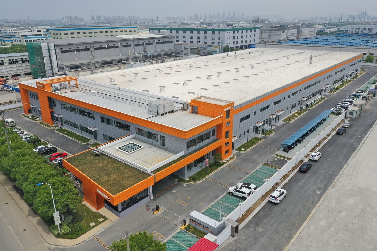 Glänzt im typischen Weidmüller Orange und bietet auf 14.000 Quadratmetern mehr Platz für die Produktion: Das neue Produktionsgebäude im chinesischen Suzhou.
