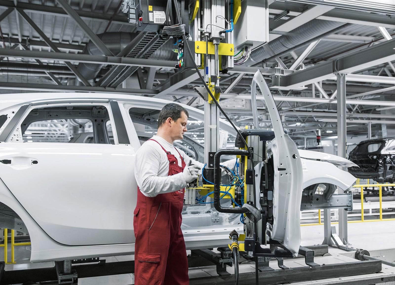 Türmontage in der Fahrzeugproduktion: Kia Motors Slovakia setzt auf den Balancer.