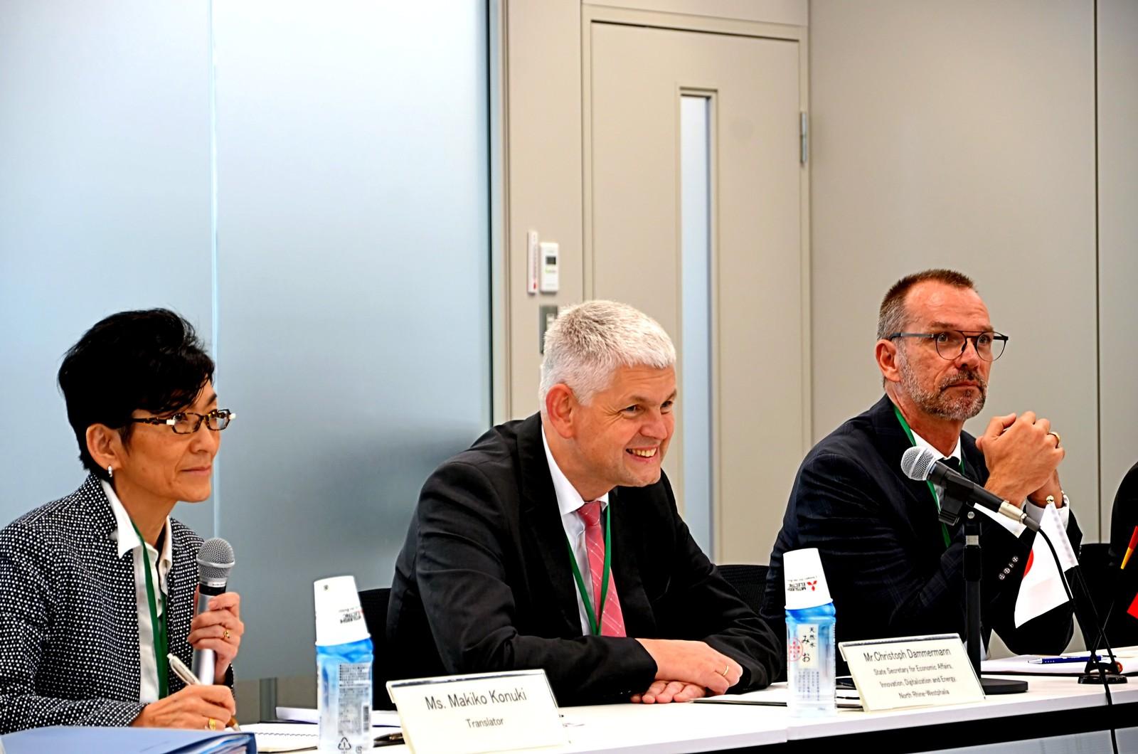 NRW Staatssekretär Christoph Dammermann (Mitte) im Austausch über Society 5.0 und Smart Mobility beim Vorstand von Mitsubishi Electric in Tokio. Die Japaner stehen ähnlichen Herausforderungen wie Deutschland gegenüber.