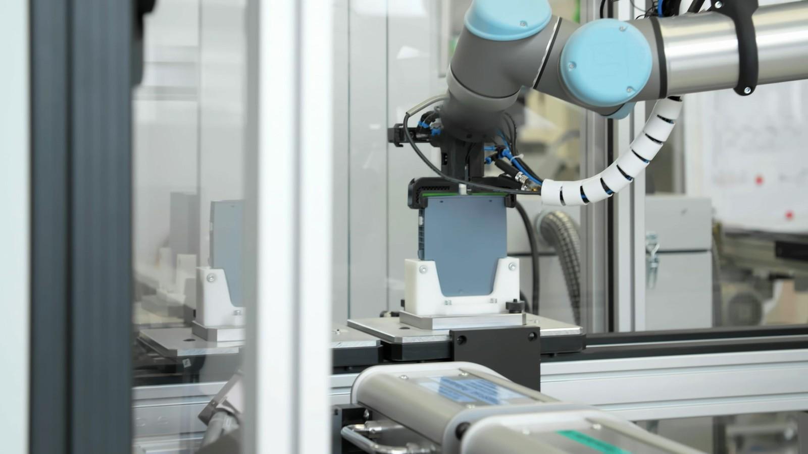 Die additive Fertigung ermöglicht, dass Automatisierungslösungen kompakt designed werden und Funktionen wie komplexe Vakuumkanäle im Grundkörper eines Robotergreifers realisiert werden können.