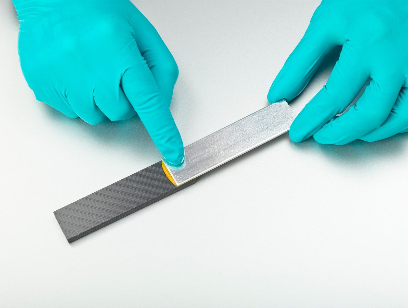 Moderne Klebstoffsysteme ermöglichen die problemlose Verbindung von verschiedenen Werkstoffen. Hier: strukturiertes CFK mit Aluminium.