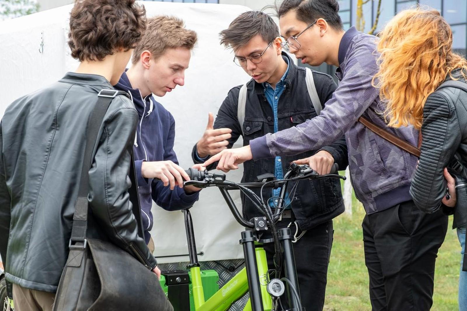 Die Studierenden zu Gast bei Green Pack: In den nächsten Monaten werden sie mit Hilfe des Unternehmens an der Entwicklung neuer mobieler Elektroanwendungen arbeiten.