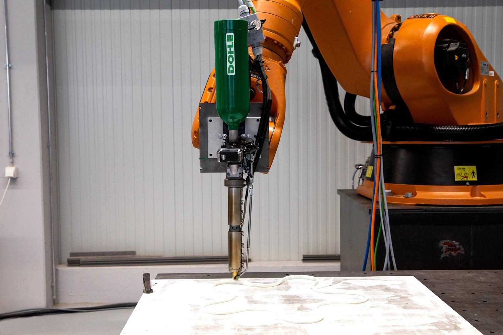 Der Dohle Industrie-Extruder Ex On 10 Robot dient nicht nur dem Einsatz in der Fügetechnik, sondern auch als Werkzeug für die Additive Fertigung.