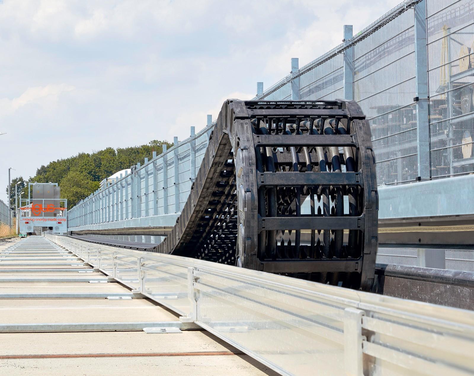 Auf der 200 Meter langen igus Außentestanlage in Köln werden e-ketten und Leitungen für lange Verfahrwege unter realen Bedingungen getestet.