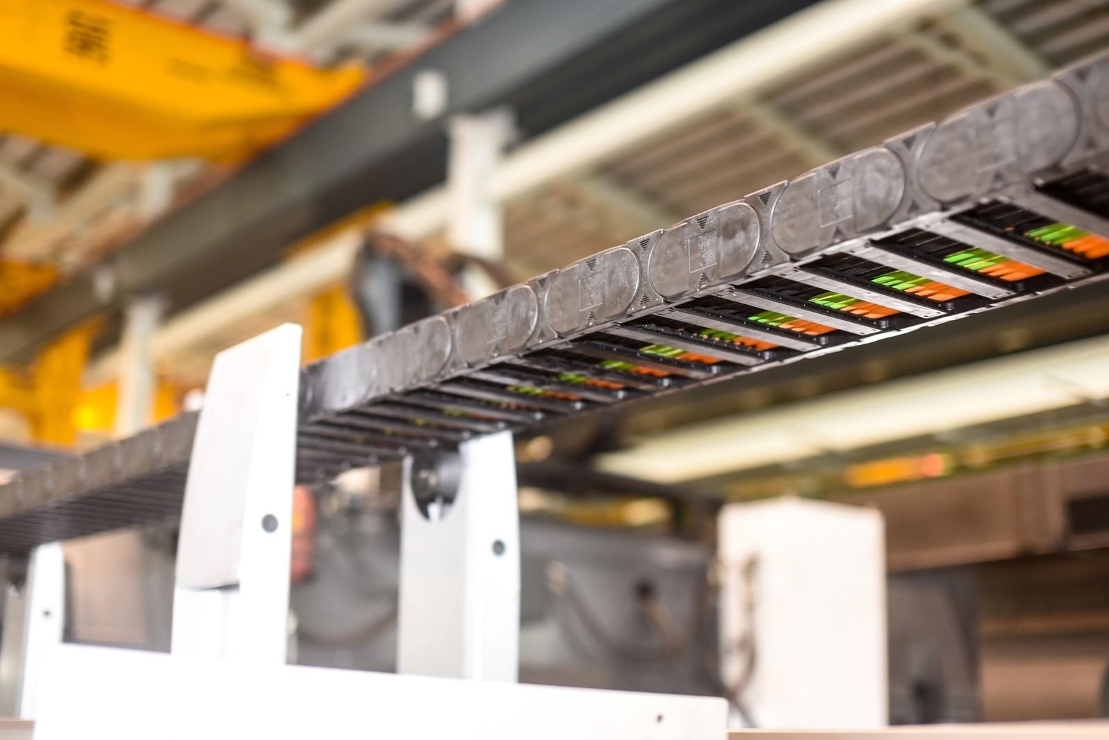 Die schwenkbaren Rollenhalter des guidelok Systems erlauben den freien Lauf der E-Kette und stützen das Obertrum. So verbessern sie zudem noch die Bearbeitungsqualität und senken den Wartungsaufwand.