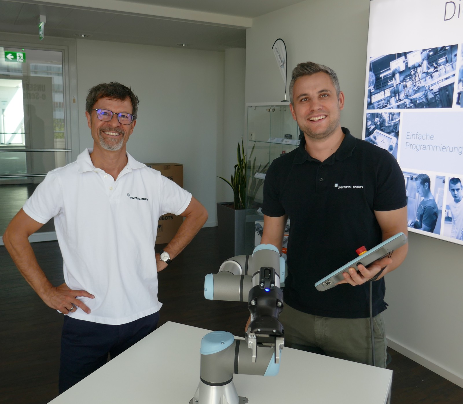 Von links: Helmut Schmid und Stefan Kollmansberger zeigten Konstruktion & Entwicklung-Chefredakteur Erik Schäfer, wie einfach sich UR-Roboter bedienen lassen.