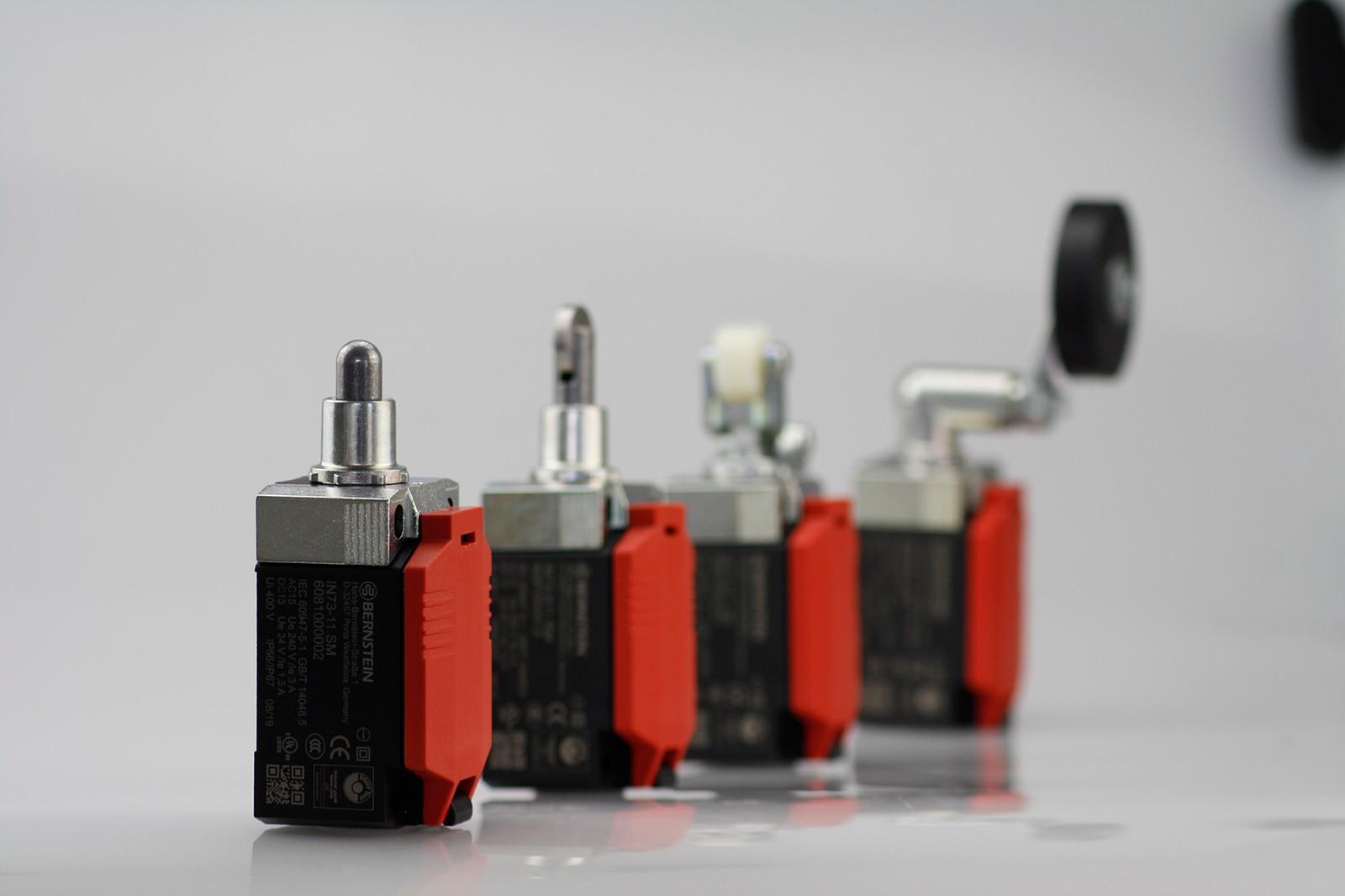 Neu von Bernstein: Der Positionsschalter IN73 ist mit einer Auswahl an Betätigern erhältlich, die sich werkzeuglos drehen und wechseln lassen.