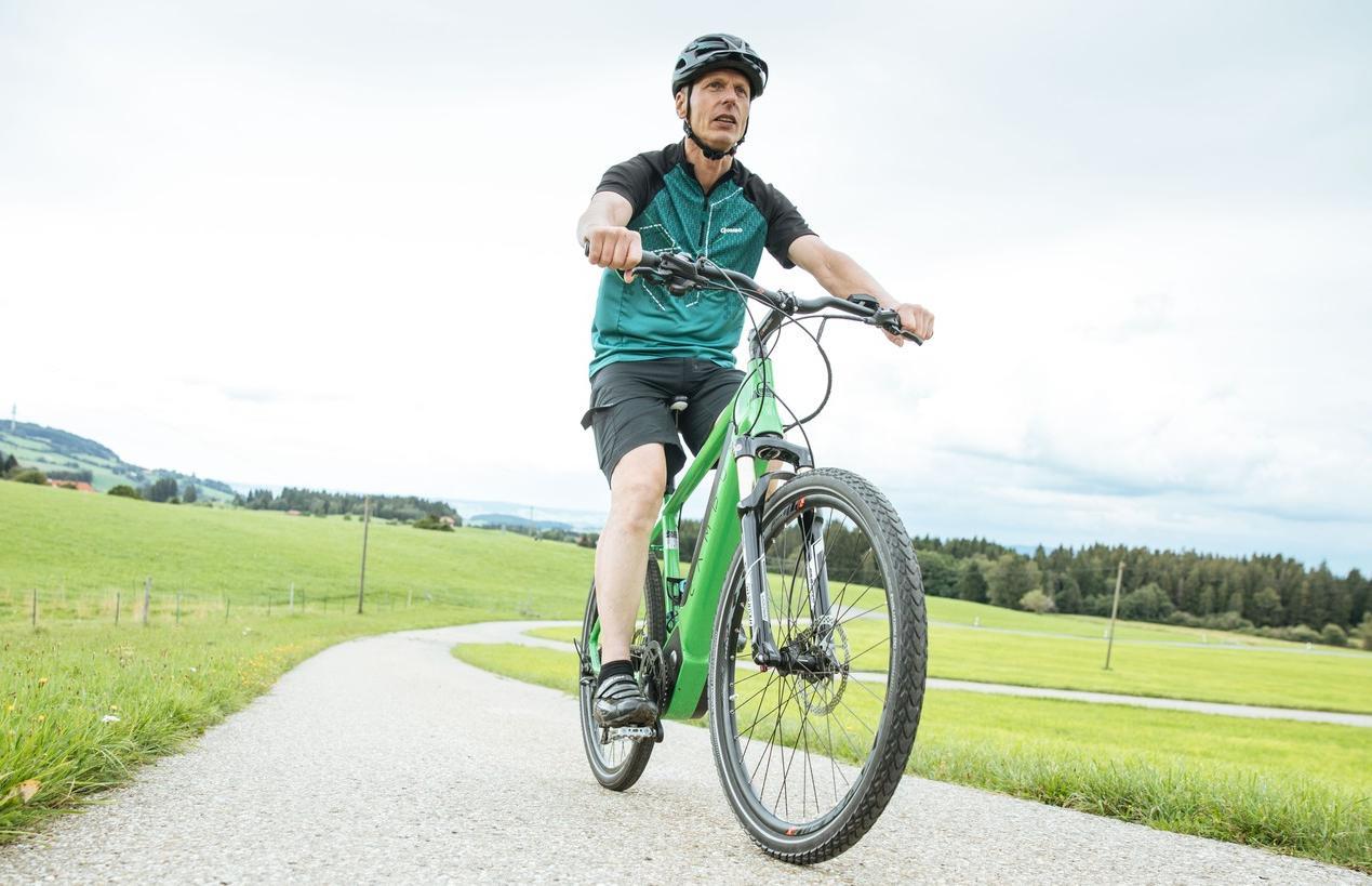 Laut Statistischem Bundesamt besitzen 78 Prozent der Haushalte in Deutschland ein fahrbereites Rad - das sind 75 Millionen Fahrräder. Bei acht Prozent der Haushalte gehört dazu ein Elektrorad, wie bei Norbert Ambros, Maschinenbaumeister bei Liebherr.