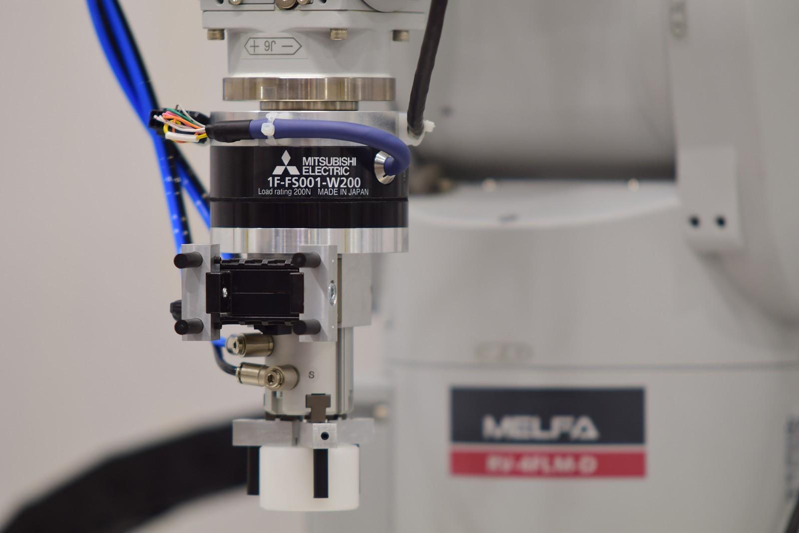Die neuen Melfa Knickarm- und Scara-Roboter der Serien RV-FR und RH-FR von Mitsubishi Electric werden jetzt durch den Force Sensor unterstützt, der sich direkt in die Robotersteuerungen CR750/751 und CR800 integrieren lässt.